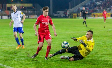 Dominik Schad und FKP-Keeper Benjamin Reitz im Verbandspokalspiel beim FK Pirmasens