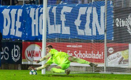 Lennart Grill pariert den entscheidenden Elfmeter im Verbandspokalspiel beim FK Pirmasens