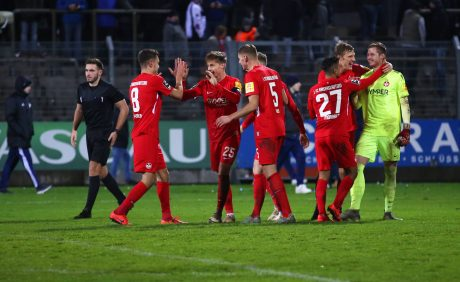 Jubel nach dem gewonnen Elfmeterschießen im Verbandspokalspiel beim FK Pirmasens