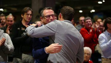 Martin Bader und Boris Schommers umarmen sich nach der Rede von FCK-Cheftrainer Boris Schommers
