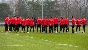 Wintertrainingsauftakt 2020 - FCK-Cheftrainer Boris Schommers hält eine Ansprache im Mannschaftskreis