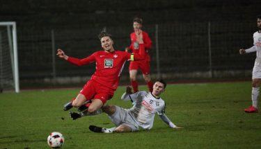 Luca Jensen wird im Auswärtsspiel der U21 bei Arminia Ludwigshafen von Marc Ehmann von den Beinen geholt