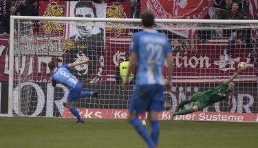 Thilo Leugers trifft im Heimspiel gegen Meppen vom Elfmeterpunkt zum 1:1 für die Gäste