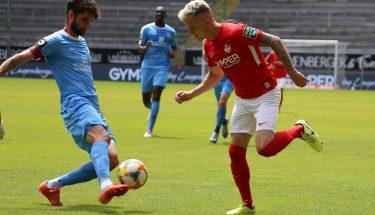 Florian Pick im Zweikampf mit Niklas Hoheneder (Chemnitzer FC)