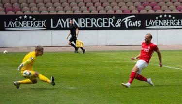 Manfred Starke erzielt das 2:0 im Heimspiel gegen den Chemnitzer FC