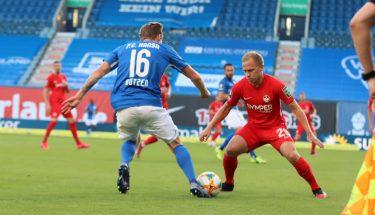 Zweikampf zwischen Alexander Nandzik und Nils Butzen (Hansa Rostock)