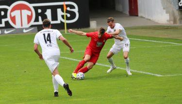 Marvin Pourié im Zweikampf mit Nils Röseler (SV Sandhausen)