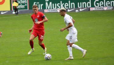 Carlo Sickinger im Duell mit Anas Ouahim (SV Sandhausen)