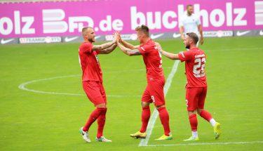 Tim Rieder, Marvin Pourié und Torschütze Marius Kleinsorge jubeln nach dem 3:0 im Testspiel gegen den SV Sandhausen