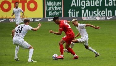 Anas Bakhat im Duell mit Nils Röseler und Anas Ouahim (SV Sandhausen)