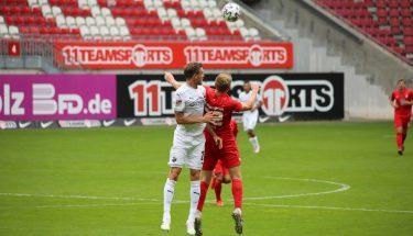 Elias Huth im Kopfballduell mit Nils Röseler (SV Sandhausen)