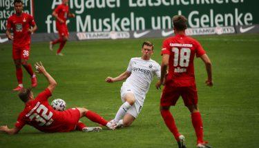Elias Huth im Zweikampf mit Denis Linsmayer (SV Sandhausen)