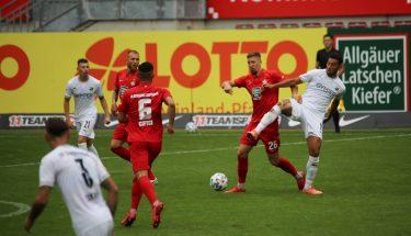 Janik Bachmann im Zweikampf mit Aziz Bouhaddouz (SV Sandhausen)