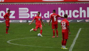 Carlo Sickinger erzielt per Freistoß das 1:0 im Testspiel gegen den SV Sandhausen