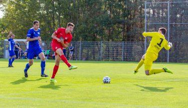 Tom Woiwod erzielt das 1:0 gegen den TSV Emmelshausen