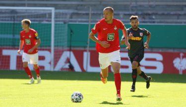 Adam Hlousek im Pokalspiel gegen Jahn Regensburg