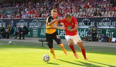Adam Hlousek im Zweikampf mit Paul Will (Dynamo Dresden)