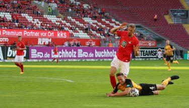 Janik Bachmann im Zweikampf mit Tim Knipping (Dynamo Dresden)