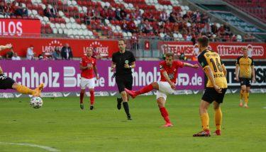Hendrick Zuck beim Torschuss im Heimspiel gegen Dynamo Dresden