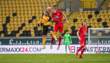 Kopfballduell zwischen Marvin Stefaniak und Adam Hlousek in der Partie bei Dynamo Dresden © Dennis Hetzschold