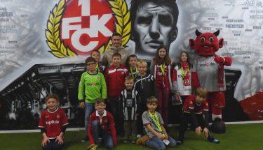 Valdrin Mustafa besucht die Spieltagsbetreuung der Teufelsbande beim Heimspiel gegen Bochum