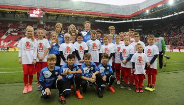 Die Arminis vom Kids-Club von Arminia Bielefeld, besuchten die Teufelsbande und machten ein gemeinsames Foto am Rasen des Fritz-Walter-Stadions