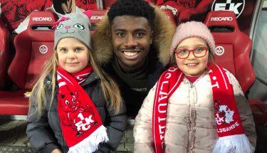 Manfred Osei Kwadwo besuchte vor dem Heimspiel gegen Holstein Kiel die TEUFELSBANDE-Kids