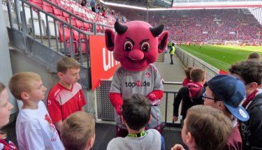 FCK-TEUFELSBANDE gemeinsam mit Maskottchen Betzi beim FCK-Heimspiel gegen SSV Jahn Regensburg