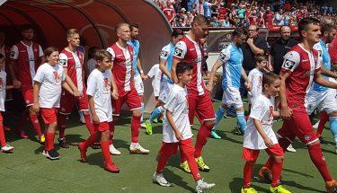 Die Einlaufkinder zum Heimspiel gegen den TSV 1860 München waren alles TEUFELSBANDE-Mitglieder