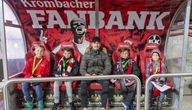 Jan-Ole Sievers saß beim Heimspiel gegen Cottbus gemeinsam mit den TEUFELSBANDE-Kids auf der Krombacher Fanbank