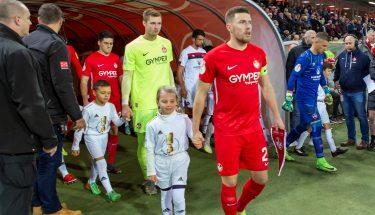 Einlaufeskorte beim Pokalspiel gegen Nürnberg