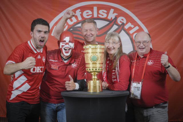 Gruppenfoto mit dem DFB-Pokal